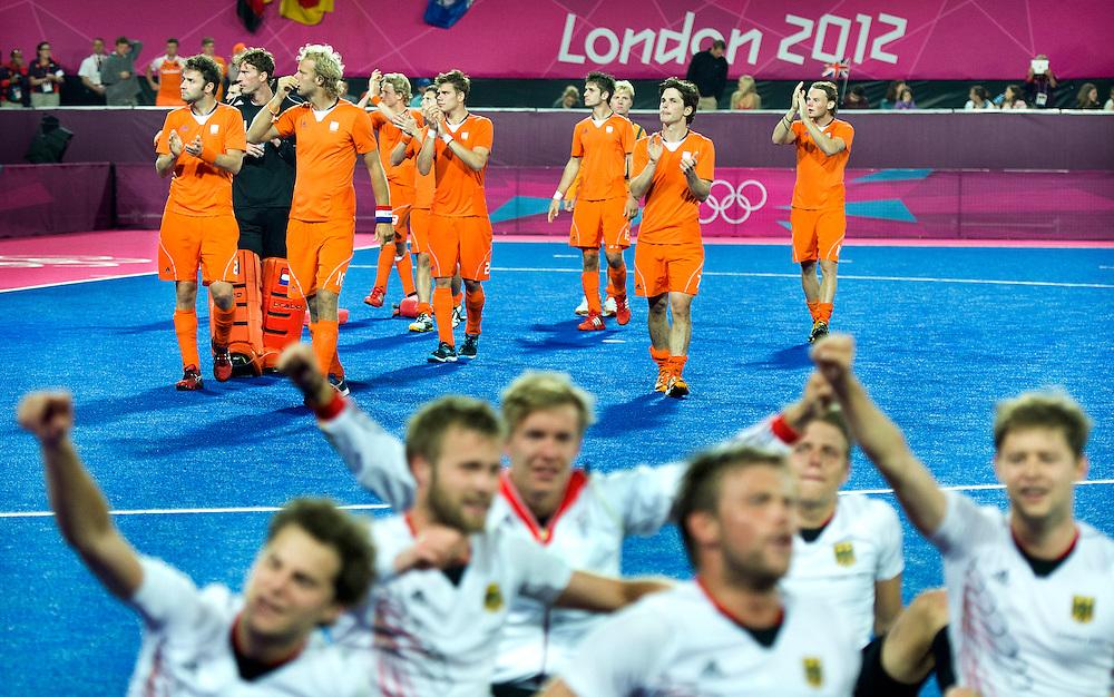 Engeland, Londen, 11-08-2012.<br /> Olympische Spelen.<br /> Hockey, Mannen, Finale.<br /> Nederland - Duitsland : 1 - 2.<br /> Het nederlands team loopt verslagen een rondje langs het publiek terwijl de duitsers het goud vieren.<br /> Foto : Klaas Jan van der Weij