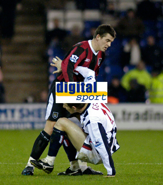 Fotball<br /> England 2004/2005<br /> Foto: SBI/Digitalsport<br /> NORWAY ONLY<br /> 22.01.2005<br /> <br /> West Bromwich Albion v Manchester City<br /> Barclays Premiership<br /> <br /> Man City's Joey Barton (top) puts a hand to Zoltan Gera's face to push him away, unseen by the referee.