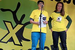 Wenige Tage nach Bekanntwerden des Umstands, dass der Salzstock im Wendland nicht weiter auf die Eignung als Atommülllager erkundet werden soll, feiern Atomkraftgegner das Aus für Gorleben nach 43 Jahren des Widerstands. Im Bild: Joel Campe (links) und Steffi Barisch sprachen für gorleben 365 und die Kurve Wustrow<br /> <br /> Ort: Gorleben<br /> Copyright: Andreas Conradt<br /> Quelle: PubliXviewinG