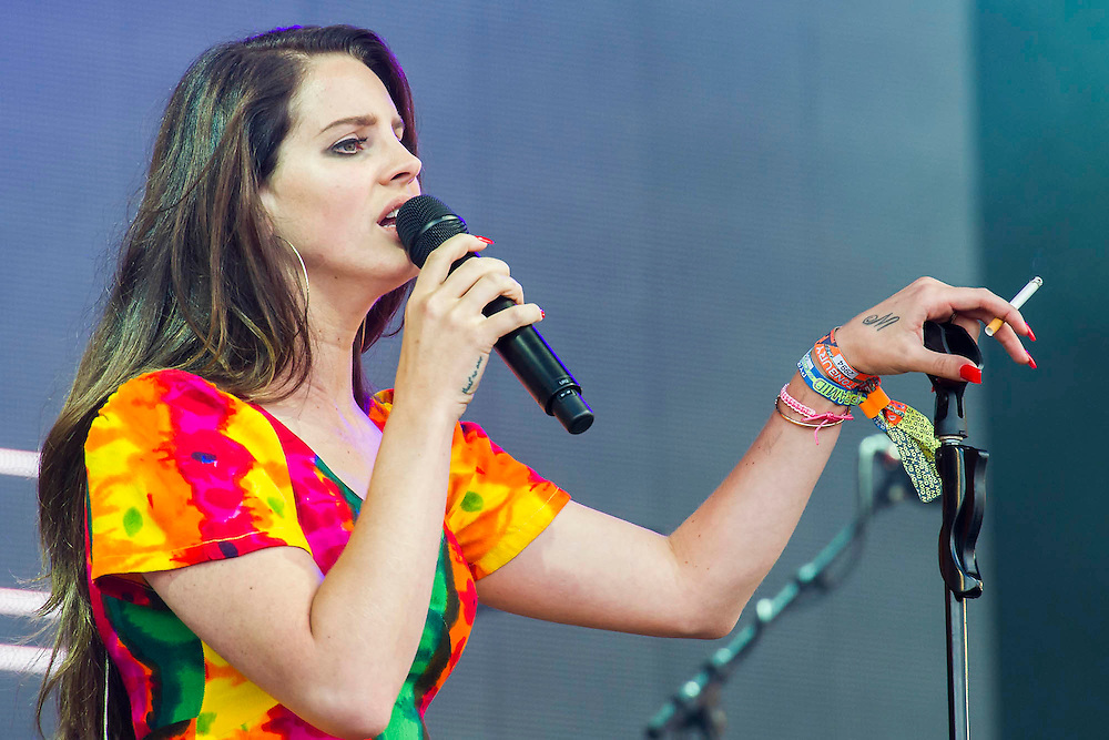 Lana Del Rey plays the Pyramid stage and has an impromptu cigarette which she doesnt smoke. The 2014 Glastonbury Festival, Worthy Farm, Glastonbury. 27 June 2013.