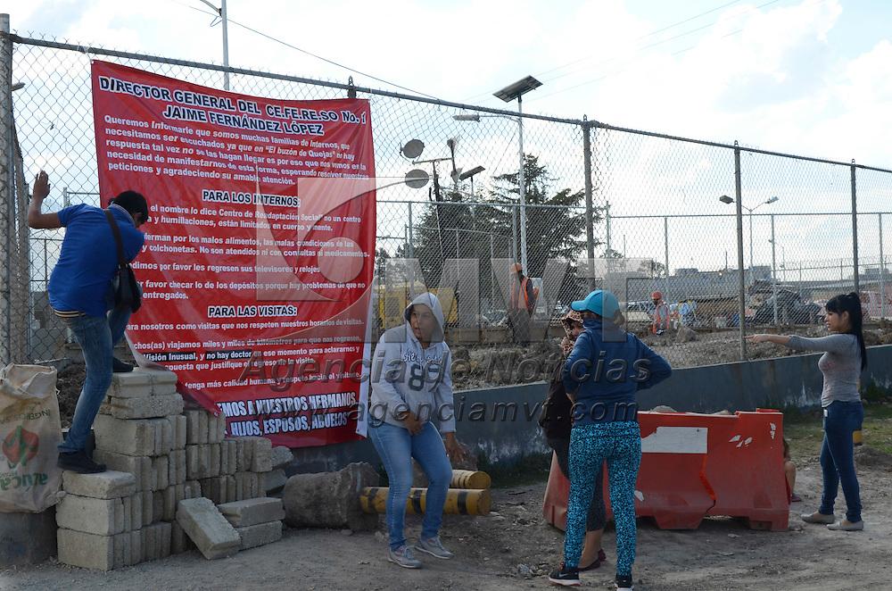 Almoloya de Juarez, México.- Un grupo de familiares de reos presos en el Penal Federal de Altiplano se manifestaron en la entrada de la prisión, donde colocaron una manta denunciando presuntos abusos y maltratos a los internos. Agencia MVT / Arturo Hernández.