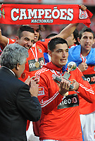 20100509: LISBON, PORTUGAL - SL Benfica vs Rio Ave: Portuguese League 2009/2010, 30th round. In picture:  Oscar Cardozo receives the trophy of best goalscorer of the Portuguese League 2009/2010. PHOTO: Alvaro Isidoro/CITYFILES