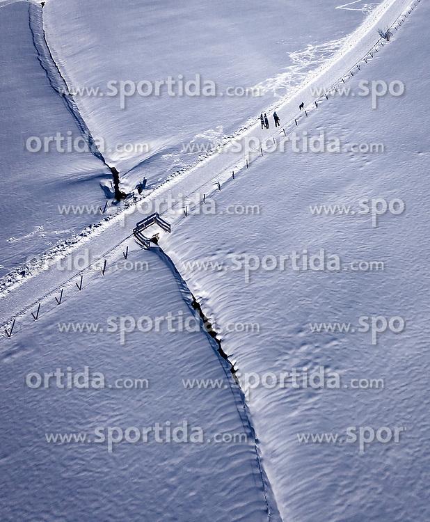 THEMENBILD - Leute werfen Schatten auf den Schnee während einem Spaziergang, aufgenommen am 16. Januar 2019 in Kaprun, Oesterreich // People cast shadows on the snow during a walk in Kaprun, Austria on 2019/01/15. EXPA Pictures © 2019, PhotoCredit: EXPA/ JFK