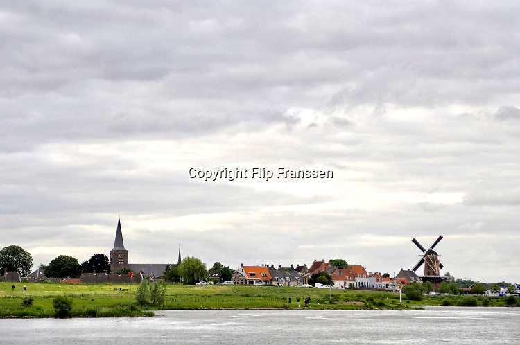 Nederland, Schoonhoven, 7-6-2018Zicht op het stadje Schoonhoven aan de rivier de Lek . Een oud hollandse windmolen en de kerk met kerktoren zijn markeringspunten van dit panorama .Foto: Flip Franssen