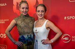 21-12-2016 NED: Sportgala NOC * NSF 2016, Amsterdam<br /> In de Amsterdamse RAI vindt het traditionele NOC NSF Sportgala weer plaats / Sanne Wevers Sportvrouw van het Jaar en Vincent Wevers (turnen) Coach van het Jaar 2016 - Sanne Wevers met haar zus Lieke