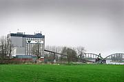 Nederland, Ravenstein, 13-4-2018Een vestiging, productielocatie van de Heus diervoeders . De Heus produceert mengvoeders voor de veeteelt. De grondstoffen worden per schip via de Maas aangevoerd .FOTO: FLIP FRANSSEN
