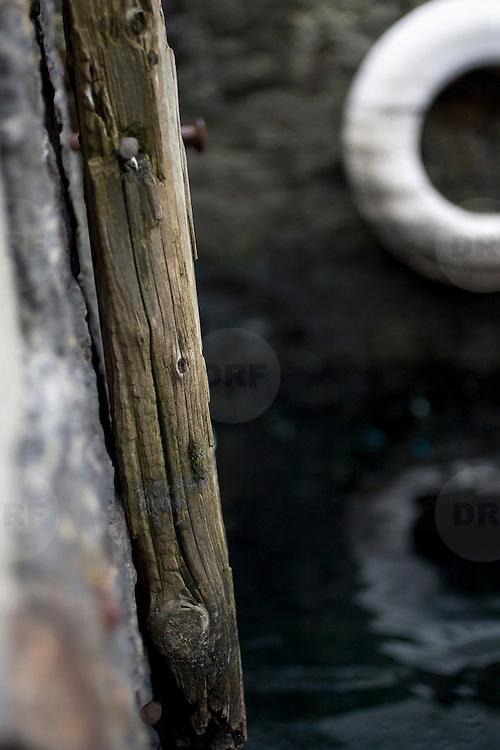 Noorwegen Bergen 30 december 2008 20081230 Foto: David Rozing .Havenstad Bergen, haven. oud verweerd stuk hout. Stootkussens voor aanleg schepen en boten .The city of Bergen, harbour, old piece of wood ..Foto: David Rozing/