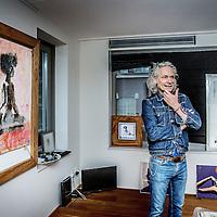 """Nederland, Amsterdam, 4 januari 2017.<br />Joep Königs woont in het gloednieuwe Ramses Shaffy Huis, dat oude kunstenaars een woning biedt en een half jaar geleden werd geopend. """"Ik wil in de krant niet in detail treden over wat ik mankeer – daar ben ik te trots voor"""", legt Königs zijn verhuizing uit. """"Laten we eerlijk zijn: we worden allemaal ouder. De kunst is dan een vorm te vinden waarin we tóch kunnen blijven wie we zijn: kunstenaars.""""<br /><br /><br />Foto: Jean-Pierre Jans"""