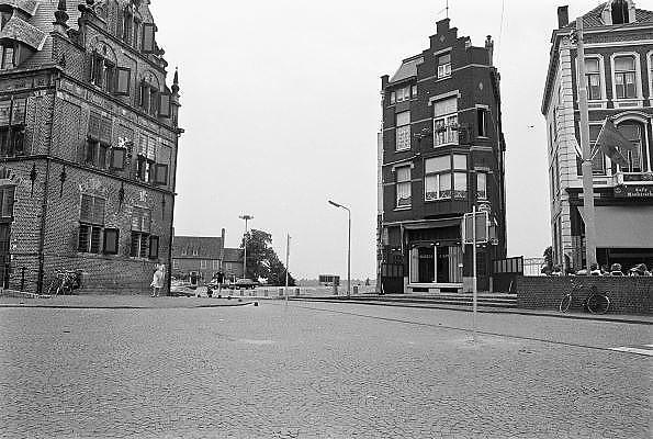 Nederland, Nijmegen, 14-6-1979Herbouw van de benedenstad. Vanuit de Grote Markt richting Kannenmarkt.In de loop van de 20e eeuw is de kwaliteit van bebouwing in nijmeegse benedenstad zodanig achteruitgegaan dat er grote lege plekken waren ontstaan door gesloopte of ingestorte gebouwen en woningen. Zo stonden langs de Waal in de stad een gasfabriek en electriciteitscentrale. Eind 70er jaren werd besloten dit hele gebied te herbouwen volgens het oude stratenpatroon. Onder druk van de woningnood werden het vooral sociale huurwoningen. Begin jaren 80 is dit voltooid en heeft Nijmegen haar gezicht weer naar de rivier gekeerd. Door het middeleeuwse stratenpatroon en het hoogteverschil is de Benedenstad sinds 1975 een van rijkswege beschermd stadsgezicht.Foto: Flip Franssen/Hollandse Hoogte