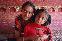 Pakistan - Hijra, les demi-femmes du Pakistan -  Hina, 10 ans et un ami. // Pakistan. Punjab province. Hijra, the half woman of Pakistan. Hina, 10 years old and a friend.