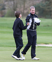 LOCHEM -  hand geven  na afloop van de wedstrijd. Jeugdgolf op de  Lochemse Golf Club De Graafschap. COPYRIGHT KOEN SUYK