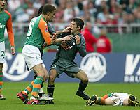 Fotball<br /> Bundesliga 2003/04<br /> Werder Bremen v Hannover<br /> 18. april 2004<br /> Foto: Digitalsport<br /> NORWAY ONLY<br /> <br /> Valerie ISMAEL, Werder og Altin LALA, Hannover