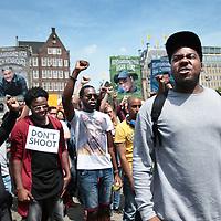 """Nederland, Amsterdam, 10 juli 2016<br /> Een paar honderd mensen zijn vanmiddag op de Dam in Amsterdam bijeen gekomen om in stilte te protesteren tegen het politiegeweld in Amerika. Onder de naam Black Lives Matter trok de stoet vervolgens door de stad.<br /> """"Mijn initiatief was om alleen op de Dam te gaan staan met een papiertje op mijn rug"""", vertelt initiatiefneemster Anna Hammond.""""Eniedereen die langs komt kon dan vragen aan mij stellen, en ik zou die vragen dan beantwoorden.""""<br /> """"Ik heb dat op mijn Facebook gepost, omdat ik dacht: ja misschien willen wel wat vrienden meedoen. En dat is viral gegaan. Ik had nooit gedacht dat er zo veel mensen op af zouden komen"""",zegt ze verrast.<br /> Op de foto: rapper Gikkels (Gideon Everduin) spreekt de menigte toe<br /> <br /> Netherlands, Amsterdam, July 10, 2016<br /> A few hundred people met this afternoon on the Dam in Amsterdam to protest silently against police violence in America. Under the name Black Lives Matter the procession continued through the city.""""My initiative was to just stand on the Dam with a piece of paper on my back,"""" says initiator Anna Hammond. """"And everyone who comes along could then ask me questions, and I would answer those questions.""""I've posted on my Facebook, because I thought, yeah maybe do want to join some friends and that went viral. I never thought that so many people would join,"""" She says surprised.<br /> In the photo: rapper Gikkels (Gideon Ever Dune) speaks to the crowd.<br /> <br /> Foto: Jean-Pierre Jans"""