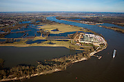 Nederland, Gelderland, Gelderse Poort, 07-03-2010; Gendtse Waard (Gendtse Polder) met rivier de Waal. In het kader van het programma Ruimte voor de Rivier, zijn er plannen om de rivierdijk op verschillende plaatsen te verlagen, evenals kades in de polder. Bij hoog water zou de bocht van de rivier als het ware afgesneden worden. De maatregelen zouden er voor zorgen dat meer rivierwater naar zee zou stromen (en ook sneller) met een betere waterverdeling tussen Waal en Pannerdensch kanaal..Gendtse Waard (foreland) or Gendt polder situated on the river Waal. Under the program Room for the River, it is considered to cut the river dike / the levee in several places. This way more river water will flow to the sea (and faster), this provides a better division of the river Rhine, between the Waal and the Pannerdensch Channel. At high waters, the river could flow in a more straight line (cuting off the meander)..luchtfoto (toeslag), aerial photo (additional fee required).foto/photo Siebe Swart