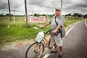 20170218/ Javier Calvelo - adhocFOTOS/ URUGUAY/ COLONIA - JUAN LACAZE/ Juan Lacaze es una ciudad del departamento de Colonia, Uruguay a 150 km. de Montevideo y 49 de Colonia. La principal fuente laboral que seguía funcionando para los lacazinos era Fanapel (Fábrica Nacional de Papel) una sociedad anónima fundada en 1898. El 23 de diciembre de 2016 los trabajadores de Fanapel fueron todos al seguro de paro y autoridades de Fanapel comunicaron en febrero a los trabajadores, 260 personas empleados directos de Fanapel y 40 personas de 3 empresas tercerizadas que hacían el trabajo de portería logística y electricidad, que la fabrica no reabriría. <br /> En la foto:  Walter Moreira, 67 años jubilado, en la entrada a la Ciudad de Juan Lacaze, Colonia. Foto: Javier Calvelo/ adhocFOTOS