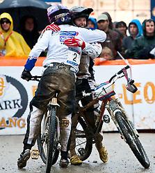12-06-2011 MOUNTAINBIKE: UCI MOUNTAINBIKE WORLDCUP: LEOGANG<br /> Anneke Beerten NED, dritte gratuliert Romana LABOUNKOVA, CZE, Siegerin<br /> ©2011-FotoHoogendoorn.nl / EXPA/J. Feichter