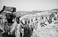 NIGER. Tamaske. 21/01/1987: Women of a village participating in a program to stabilise the terrain, reduce soil erosion and improve water infiltration that will better the groundwater levels.
