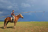 Mongolie, province de Tov, nomade, cavalier et son urg // Mongolia, Tov province, nomad, horseman with urga