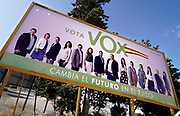 Spanje, El Ejido, 8-11-2019Straatbeeld uit El Ejido . Komende zondag zijn er algemene verkiezingen in Spanje en de populistische partij Vox heeft hier een grote aanhang. In dit deel van Andalucie worden veel groente en fruit verbouwd die hun weg vinden via de export naar o.a. Nederland . Het wordt de zee van plastic genoemd. In de kassen werken voornamelijk migranten uit Afrika, en arbeidsmigranten uit Oost-Europa die een laag loon uitbetaald krijgen, tussen de 30 en 40 euro per 8 urige dag, werkdag, afhankelijk van de werkgever.Foto: Flip Franssen