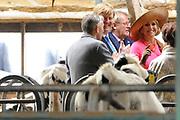 Koning Willem Alexander en Koningin Maxima brengen streekbezoek aan Krimpenerwaard  ////  King Willem Alexander and Queen Maxima bring regional visit to the Krimpenerwaard<br /> <br /> Op de foto / On the photo:  Aankomst van de  Koning en  Koningin bij gastenboerderij de Appelgaard met een rondleiding door de eigenaren doior de melkveehouderij en Bed and Breakfast<br /> <br /> Arrival of the King and Queen at the farm Appelgaard with a tour of the stables  farm and the Bed and Breakfast
