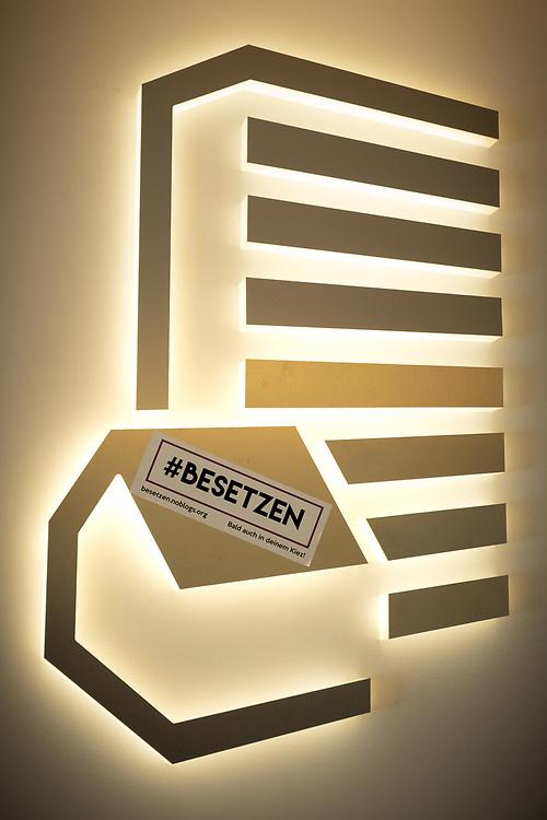 """Aktivisten protestieren mit einem """"Go in"""" bei der städtischen Wohnungsbaugesellschaft """"Stadt und Land"""". Die Demonstranten fordern die Rücknahme von 56 Strafanzeigen gegen Hausbesetzer, die am Pfingstwochenende eine Haus in der Bornsdorfer Strasse in Berlin Neukölln besetzten, um auf den jahrelangen Leerstand des Gebäudes in städtischem Besitz hinzuweisen. Die Aktivisten übergaben ihre Forderungen an die Geschäftsführung, die jedoch betonte, die Strafanzeigen nicht zurücknehmen zu wollen.<br /> <br /> [© Christian Mang - Veroeffentlichung nur gg. Honorar (zzgl. MwSt.), Urhebervermerk und Beleg. Nur für redaktionelle Nutzung - Publication only with licence fee payment, copyright notice and voucher copy. For editorial use only - No model release. No property release. Kontakt: mail@christianmang.com.]"""