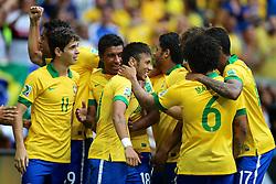 Neymar Jr. comemora com a equipe após marcar gol durante a partida contra o Japão, válida pela primeira rodada da Copa das Confederações, no Estádio Nacional Mané Garrincha, em Brasília. FOTO: Jefferson Bernardes/Preview.com
