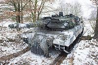23 FEB 2013, LETZLINGEN/GERMANY:<br /> Kampfpanzer Leopard 2A6 des Panzergrenadierbattailons 212 der Bundeswehr mit Wintertarnung waehrend einer Gefechtsuebung im Winter, Gefechtsuebungszentrum Heer, Truppenuebungsplatz Altmark<br /> IMAGE: 20130223-01-006<br /> KEYWORDS: Gefechtsübung, Schnee, Gefechtsübungszentrum, Heer, Armee, Streikräfte, Militaer, Miltär, Streitkraefte, Panzer, Streitkräfte