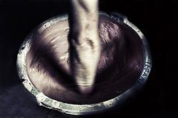 La mescola della vernice avviene a mano