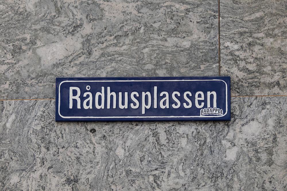 Skilting som angir Rådhusplassen foran Oslo rådhus.
