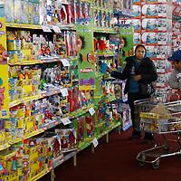 """Toluca, México.- Por tercer año consecutivo, se realizó la expo feria """"Paraíso del Juguete"""" en el Centro Internacional de Convenciones y Exposiciones del Estado de México (CIECEM), en el que los padres de familia podrán encontrar ofertas en todo tipo de juguetes para sus hijos. Agencia MVT / Arturo Hernández S."""