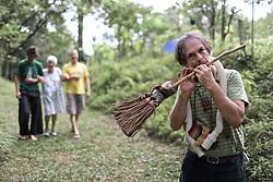 Jorge Mão Elétrica toca para o grupo de estudos do Sincronario da Paz durante meditação. FOTO: Jefferson Bernardes/Preview.com