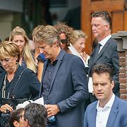 NLD/Huizen/20180818 - uitvaart Bert Verwelius, Truus Opmeer, Edwin van der Sar en Louis van Gaal