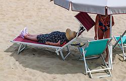 THEMENBILD - ältere Touristen auf einer Sonnenliege unter einem Sonnenschirm, aufgenommen am 24. Juni 2018 in Viareggio, Italien // elderly tourists on a sunbed under a parasol, Viareggio, Italy on 2018/06/24. EXPA Pictures © 2018, PhotoCredit: EXPA/ JFK