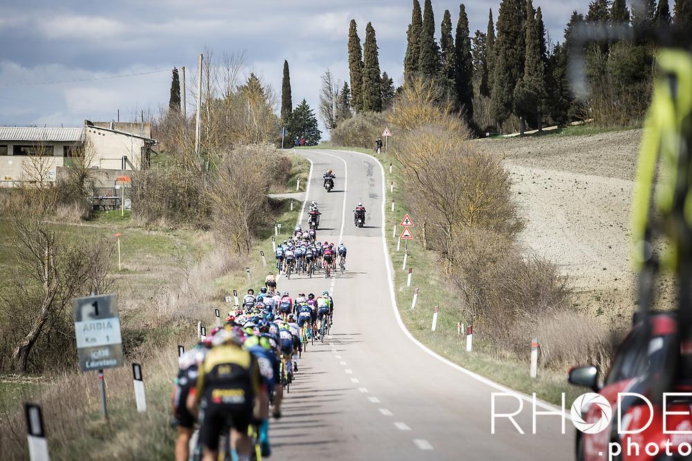 Peloton in pieces<br /> <br /> 7th Strade Bianche Women Elite <br /> Siena > Siena 136km<br /> <br /> ©RhodePhoto