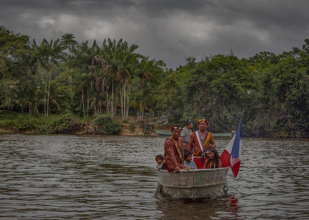Camopi, février 2015.<br /> <br /> Les  chefs  coutumiers Teko et Wayãmpi de Camopi  attendent  la  visite  de madame la Ministre des Outre-mer.<br /> <br /> A la fin des années 20, la France cherche à créer une alternative à l'essoufflement de la production aurifère en développant l'intérieur guyanais. La loi coloniale de 1930 institue une nouvelle entité administrative, le « Territoire de l'Inini », avec le statut de « nation indépendante sous protectorat ». En 1946, la Guyane devient un département et son dernier gouverneur devenu Préfet décide d'implanter un poste administratif à Camopi sur l'Oyapock dans l'Est guyanais et un autre à Maripasoula, sur le Maroni dans l'Ouest. Dans les années 60, les populations Amérindiennes du haut-Oyapock sont incitées à se regrouper en gros villages pour faciliter les contacts avec l'administration. Les chefs reçoivent le titre de capitaine, ils sont intronisés officiellement lors de voyages à Cayenne. Camopi devient un bourg administratif artificiel, là ou une mission jésuite concentrait déjà les communautés amérindiennes de la région au XVIIIe siècle. <br /> <br /> En 1969, à l'occasion d'un nouveau découpage administratif, le « Territoire de l'Inini » est finalement intégré au département. Entre 1969 à 1987, se succèdent la création de la commune de Camopi, l'élection d'un maire, l'établissement chaotique d'un état civil, la participation aux élections locales, nationales et européennes, la sédentarisation de la population, l'envoi des enfants en pension au home religieux de Saint-Georges pour poursuivre leur scolarité au collège, l'octroi des Allocations Familiales et en 1987, celui du Revenu Minimum d'Insertion. Les Wayãmpi et les Teko sont devenus des citoyens français.<br /> <br /> En 2015, le mot d'ordre officiel est de rendre les populations autochtones maîtres de leur destin, dans le strict cadre de la République. Sur place, la réalité est moins reluisante.