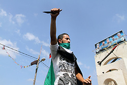 20.10.2015, Rafah, PSE, Gewalt zwischen Palästinensern und Israelis, im Bild Ausschreitungen, Demostrationen und Zusammenstösse zwischen Palästinensischen Demonstranten und Israelischen Sicherheitskräfte // A Palestinian youth holds a knife in front of a mock Qassam rocket during an anti-Israeli protest in Rafah n the southern Gaza Strip, October 20, 2015. Triggered by Israeli incursions into the Al-Aqsa Mosque compound last month, violence and protests against Israel's occupation have increased in frequency across the West Bank, including East Jerusalem, and the Gaza Strip, Palestine on 2015/10/20. EXPA Pictures © 2015, PhotoCredit: EXPA/ APAimages/ Abed Rahim Khatib<br /> <br /> *****ATTENTION - for AUT, GER, SUI, ITA, POL, CRO, SRB only*****