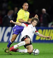 Fotball<br /> Privatlandskamp<br /> Tyskland v Brasil<br /> Berlin<br /> 8. september 2004<br /> Foto: Digitalsport<br /> NORWAY ONLY<br /> Torsten FRINGS, Tyskland, RONALDO, Brasil