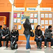 Nederland Rotterdam 26-03-2009 20090326 Foto: David Rozing ..Serie UWV, vmbo leerlingen bekijken folders  UWV Werkbedrijf lokatie Schiekade centrum Rotterdam, de vroegere arbeidsbureaus ( CWI UWV ) De werkloosheid in Nederland begint op te lopen. Dat blijkt uit de jongste cijfers die het Centraal Bureau voor de Statistiek (CBS) de oorzaak is de krediet crisis Holland, The Netherlands, dutch, Pays Bas, Europe,  , vrouw, meid, jonge, jonge,  autochtoon, autochtonen, autochtone , economische, financien, financiele, krimp, krimpen, nederlandse, economy, jongeren, jeugd, jongens, meiden, leerling, leerlingen, jongere, jonge mensen, allochtoon, allochtonen, allochtone..Foto: David Rozing