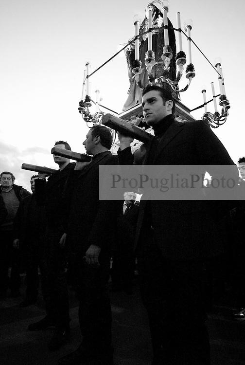 Reportage sulla processione del venerdi santo a Gallipoli...uomini portano in spalla una statua della madonna facendola passare tra la folla..
