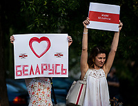 Bialystok, 16.08.2020. Protest pod bialoruskim konsulatem z udzialem Bialorusinow mieszkajacych w Bialymstoku przeciwko sfalszowanym wyborom prezydenckim na Bialorusi. Protestujacy domagali sie ustapienia Alaksandra Lukaszenki i rozliczenia winnych smierci kilku osob podczas protestow w Minsku N/z uczestnicy pikiety z haslami popierajacymi przemiany na Bialorusi i przeciwnymi Lukaszence fot Michal Kosc / AGENCJA WSCHOD