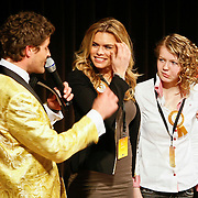 NLD/Hilversum/20110208 - Prins Willem Alexander aanwezig bij de Gouden Apenstaarten 2011, Koert-Jan de Bruijn en Nicolette van Dam met de winnaar van vorig jaar Wilma Westenberg