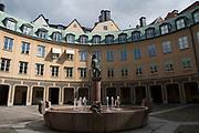 Fontän med skulptur på Kanslihusets annex innergård