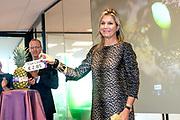 Koningin Maxima krijgt een rondleiding tijdens een werkbezoek aan Eosta. Deze biologische groente- en fruitdistributeur is winnaar van de Plaquette voor Duurzaam Ondernemerschap van de Koning Willem I Stichting, waarvan koningin Maxima erevoorzitter is.<br /> <br /> Queen Maxima gets a tour during a working visit to Eosta. This organic fruit and vegetable distributor is the winner of the Plaque for Sustainable Entrepreneurship of the King Willem I Foundation, of which Queen Maxima is honorary chairman.