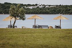 THEMENBILD - Sonnenschirme und Liegestühle an einem Strand, aufgenommen am 04. Juli 2020 in Novigrad, Kroatien // Umbrellas and deckchairs on a beach in Novigrad, Croatia on 2020/07/04. EXPA Pictures © 2020, PhotoCredit: EXPA/ JFK