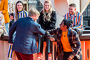 DEN HAAG, 27-04-2021, Paleis Noordeinde<br /> <br /> Vanaf het terrein van Paleis Noordeinde sluiten The Streamers Koningsdag feestelijk af. Op het binnenplein van het Koninklijk Staldepartement geven The Streamers het tweede concert van hun 'Holland Tour'. Foto: Brunopress/Patrick van Emst<br /> <br /> King Willem-Alexander, Queen Maxima with their daughters Princess Amalia, Princess Alexia and Princess Ariane during King's Day 2021<br /> <br /> Op de foto: Koning Willem-Alexander met Rolf Sanchez, Davina Michelle, Typhoon, Maan
