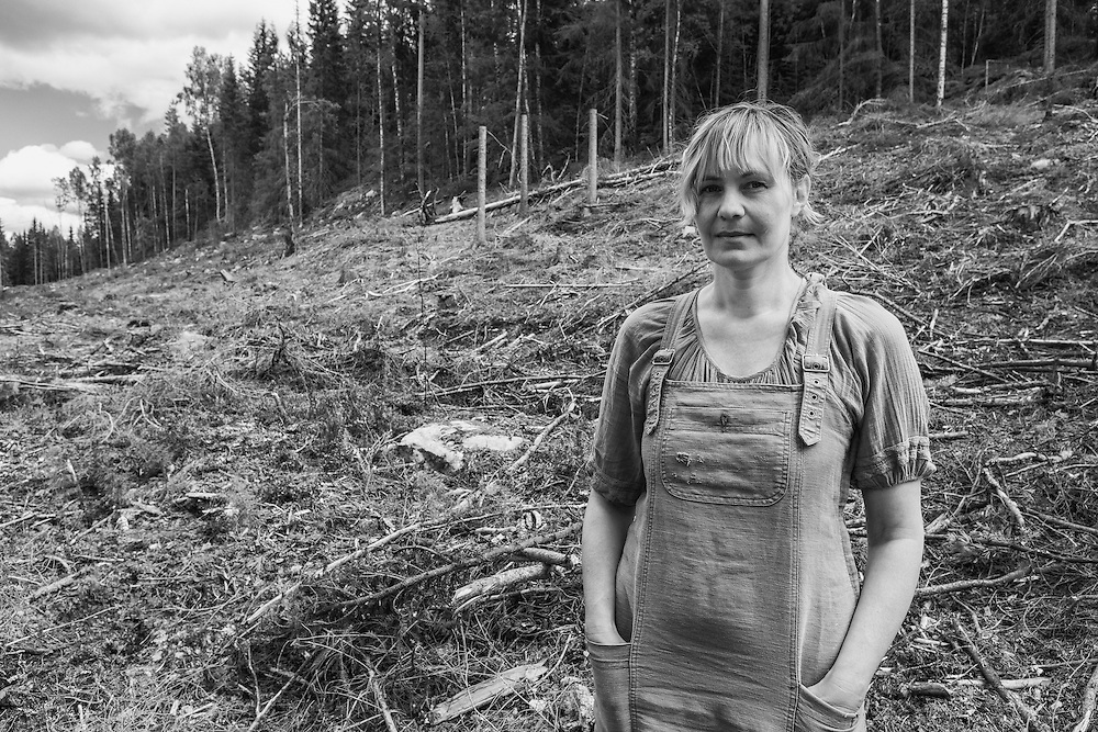 Portrait of Maria Vildhjärta, wood carving artist and ardent activist against clear-cutting and for responsible forestry practices /träartist och skogsaktivist på kalhygge