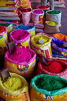 Inde, Uttar Pradesh, Poudre de couleur destinée a la fete de Holi, Fete de la couleur et du printemps qui celebre les amours de Krishna et Radha // India, Uttar Pradesh, colorful face powder used for the Holi spring festival in India, Holi festival, color and spring festival, celebrate the love between Krishna and Radha.