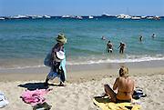 Frankrijk, St. Tropez, 9-9-2006Op de stranden bij Saint-Tropez proberen Fransen van Afrikaanse herkomst wat te verdienen met de verkoop van hoeden, badhanddoeken en jurkjes aan de badgasten. Tijdens de zomermaanden lopen zij de Zuid-Franse stranden af om in de winter naar hun land van herkomst te gaan. Met het verdiende geld ondersteunen zij veelal hun familie in Afrika.Foto: Flip Franssen/Hollandse Hoogte