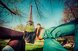 Namorados aproveitam piquenique na base da Torre Eiffel, em Paris - França. FOTO: Jefferson Bernardes/ Agência Preview