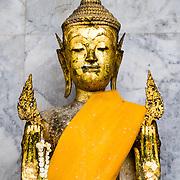 THA/Bangkok/201607111 - Vakantie Thailand 2016 Bangkok, Gouden Buddha beeld in de Wat Arun Tempel in Bangkok